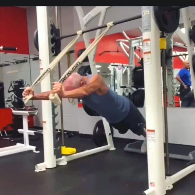 Strong bodyweight complex by @rockhardpapaw 💪🏼💪🏼💪🏼  @rockhardpapaw Thanks for proving that age is just a number!! Always motivating seeing you in action, Robert!!