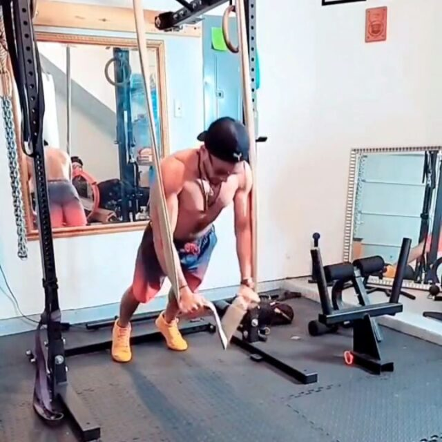 Strong circuit courtesy of @pachelli.world.fitness 🔥🔥🔥  1GripSling Push-up/Reach Combo  2GripSling Shrugs  3 Barbell Press  4 GripSling Reverse Flys  5 Barbell Upright Rows  6 Floor Press